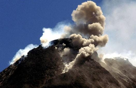 Из-за извержения на Яве отменили рейсы
