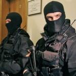 На головы сотрудников СБУ падали бутылки с наркотиками